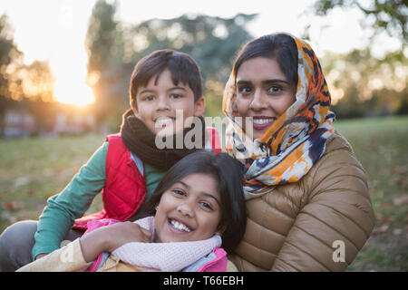 Portrait happy muslimische Mutter im hijab mit Kindern im Herbst Park - Stockfoto