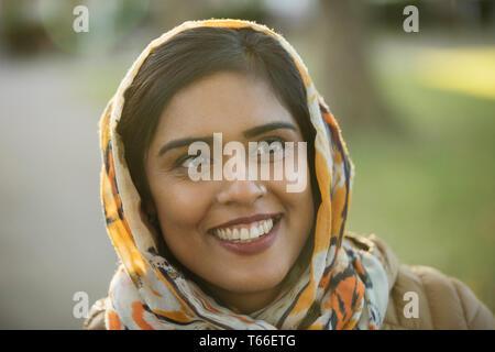 Portrait lächelnd, glücklich muslimische Frau hijab tragen - Stockfoto
