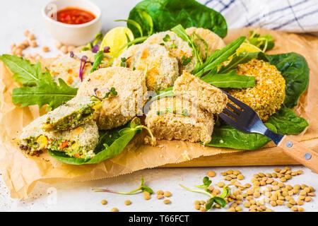 Vegane Schnitzel (Burger) von Linsen, Kichererbsen und Bohnen. Gesunde vegane Ernährung Konzept, detox Teller, Kost auf pflanzlicher Basis. - Stockfoto