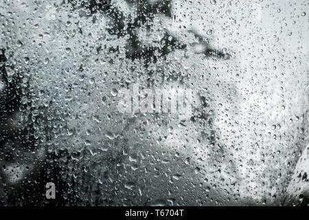 Regen fällt auf eine transparente Kunststoffe - Stockfoto