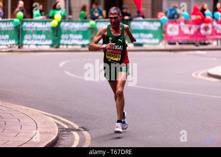 Manuel Mendes laufen für Portugal, 2019 London Marathon. Manuel ging am 4. in der T 45/46 Kategorie zu beenden, in einer Zeit von 02:36:34 - Stockfoto