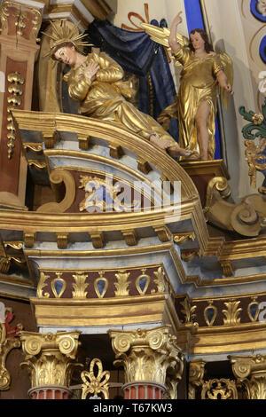 Skulpturen sur un Pilier du choeur. Eglise Saint-Nicolas de Véroce. Saint-Nicolas de Véroce. Frankreich. - Stockfoto