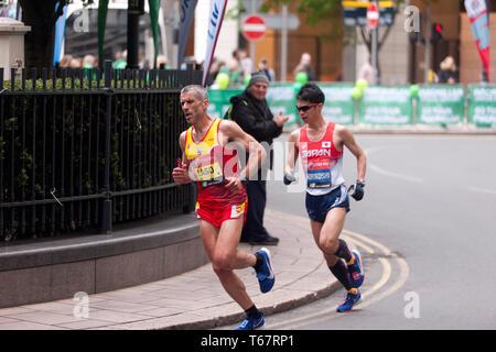 Alberto Suarez Laso (ESP), und Tadashi Horikoshi (JPN), in der London Marathon 2019 konkurrieren. Sie gingen am 3. und 4. zu beenden, in der Zeit von 02:25:50 und 02:25:56 beziehungsweise (2. und 3. in der T 11/12 Kategorie). - Stockfoto