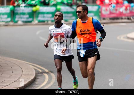 Avi Adhanany Salomo mit seinem Führer Runner, konkurrierend für Israel, in der Welt Para Leichtathletik Meisterschaften, Teil der 2019 London Marathon. Er wurde 16., in der T 11/12 Kategorie - Stockfoto