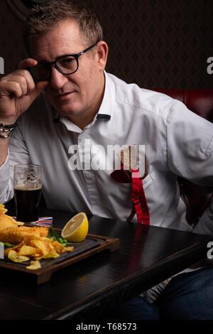 Fabelhaft in jedem Alter. Portrait von modischen 50-jährige Mann in stilvollen siut im Restaurant posieren. Trendy Haarschnitt, Glänzend graue Haare. Close Up. - Stockfoto