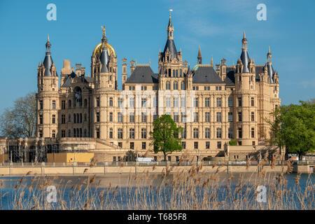 Das Schweriner Schloss im Frühjahr in den schönsten Wetter vor dem blauen Himmel - Stockfoto