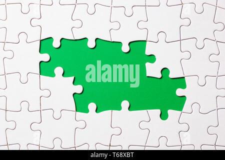 Puzzle Spiel Stück auf grünem Hintergrund für Business Theme Design - Stockfoto