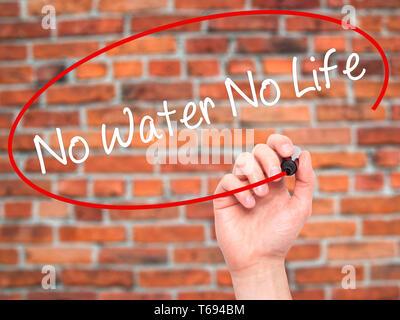 Mann Hand schreiben ohne Wasser kein Leben mit schwarzem Marker auf visuelle Bildschirm - Stockfoto