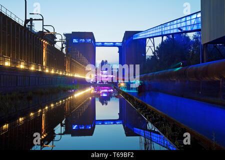 Beleuchtete Kokerei Hansa im Abendlicht bei der Extraschicht, Dortmund, Ruhrgebiet, Deutschland - Stockfoto