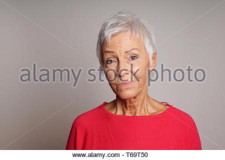 Reife Frau mit skeptischen Blick auf ihrem Gesicht - Stockfoto