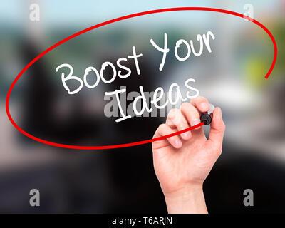 Mann Hand schreiben Steigern Sie Ihre Ideen mit schwarzem Marker auf visuelle Bildschirm. - Stockfoto