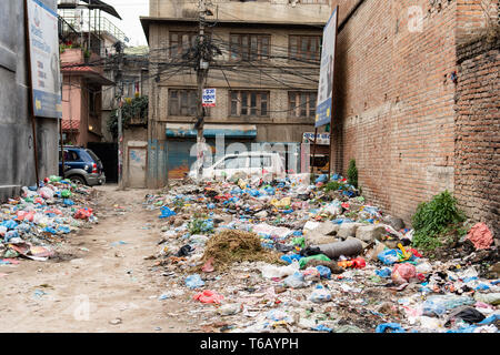 Kathmandu, Nepal - April 20th, 2019 - Garbage Berg in der Straße in der Nähe der Häuser. - Stockfoto