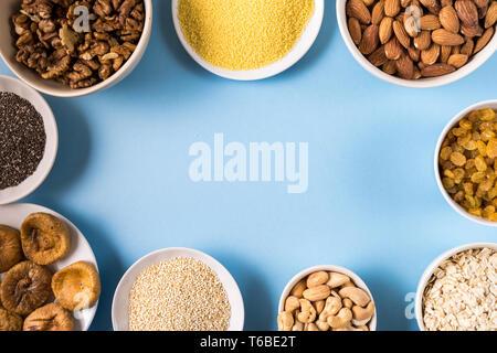 Draufsicht der Superfoods in Schalen auf blauem Hintergrund mit kopieren. - Stockfoto