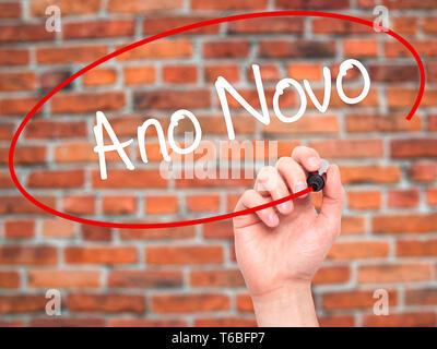 Mann Hand schreiben OMG (Oh mein Gott) mit schwarzem Marker auf visuelle Bildschirm - Stockfoto