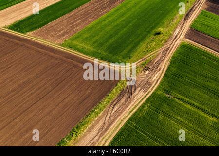 Luftaufnahme von Schmutz, Straße durch Landschaft und landwirtschaftlichen Bereich von Drone pov - Stockfoto