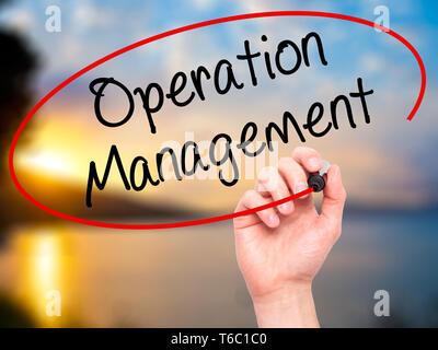 Mann Hand schreiben Operation Management mit schwarzem Marker auf visuelle Bildschirm. - Stockfoto