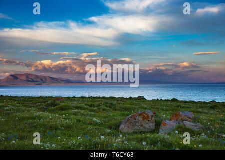 Mountain Lake Song Kol. Kirgisistan. Schönen Sonnenuntergang mit rosa Wolken auf dem See - Stockfoto