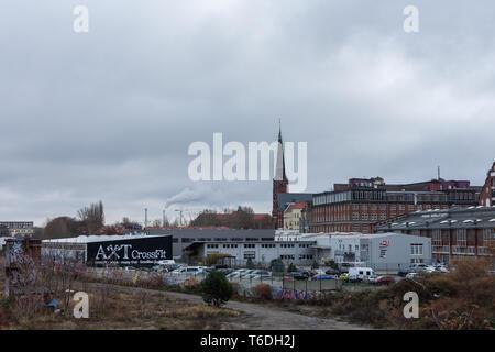 Berlin, Deutschland - 12 Dezember, 2018: Ansicht der Zwinglikirche und die Gebäude mit Parkplatz von der Warschauer Brücke, Friedrichshain - Stockfoto
