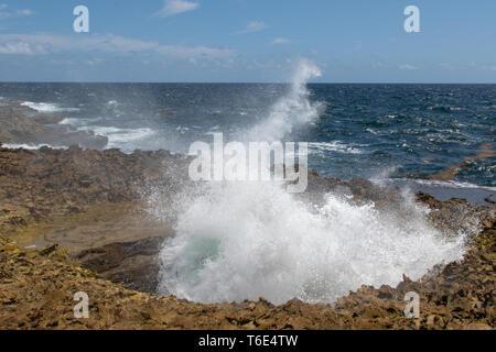 Wasser wird gewaltsam in die Blow Hole zusammengedrückt und Ausbrechenden - Stockfoto