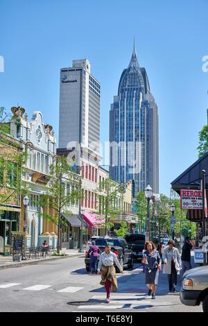 Historische Daphne-Straße und der Mobile Skyline, inklusive der RSA-Schlacht Haus Turm, in der Innenstadt von Mobile Alabama, USA. - Stockfoto