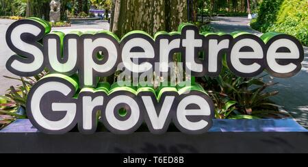 Zeichen für die Supertree Grove in Gärten durch die Bucht, Singapore City, Singapur - Stockfoto