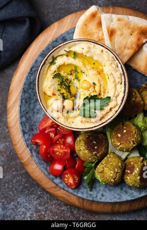 Kichererbse Humus und Falafel, Vegan arabische Vorspeise. Tabelle Ansicht von oben - Stockfoto