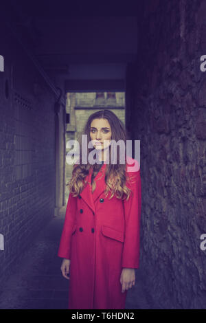 Angst suchen junge Frau in einer dunklen Gasse allein - Stockfoto