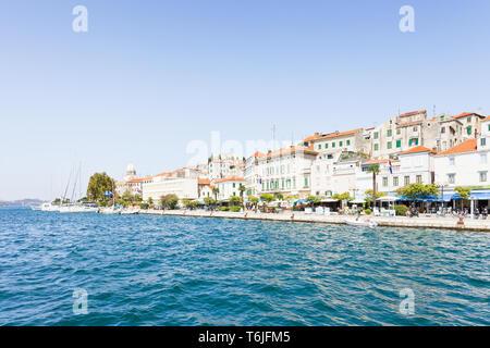 Sibenik, Kroatien, Europa - 31. AUGUST 2017 - die Touristen an der Promenade von Sibenik - Stockfoto