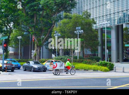 Singapur - 17. FEBRUAR 2017: Reinigung Arbeiter Reiten Fahrrad auf der Straße in Singapore Downtown - Stockfoto
