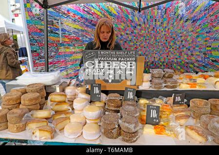 Frau verkaufen verschiedene portugiesische Käse runden Käse auf garküche am LX Werk Markt in Lissabon Lisboa Portugal KATHY DEWITT - Stockfoto