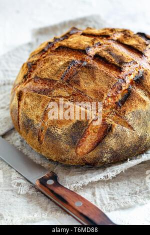 Handwerkliche Rustikales Brot aus Weizen und Roggen. - Stockfoto