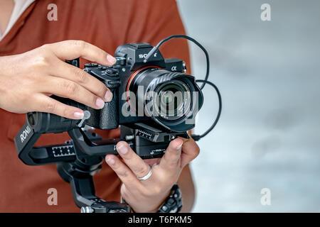 "Bangkok, Thailand - 19 Aug, 2018: Berühmte Kamera; Sony '7 iii' oder 'Alpha7 Mark 3' und objektiv Sony FE 28mm f2.0 auf den Gimbal"", Ronin S' sind bereits Laun"