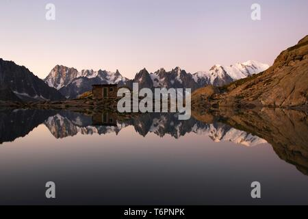 Die Aiguilles de Chamonix Berge in Lac Blanc See spiegeln, ganz rechts Mont Blanc vor Sonnenaufgang, Haute-Savoie, Frankreich, Europa - Stockfoto