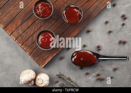 Köstliches barbecue Saucen in Schüsseln auf den Tisch - Stockfoto