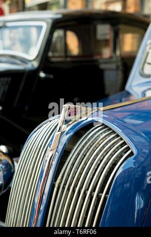 In der Nähe von Union Jack Motorhaube (Haube) Ornament und Frontgrill von klassischen, Vintage Motor Car, poliert und auf Anzeige an der 1940er Veranstaltung, UK. - Stockfoto