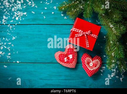 Weihnachtsbaum mit Schnee und Herzen Spielzeug. - Stockfoto