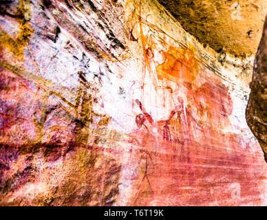 Einheimischer Guide erklärt Aborigine Rock Kunst in Long Tom Träumen, Gunbalanya, Australien - Stockfoto