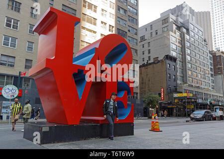 NEW YORK CITY, USA, 10. September 2017: Skulptur in Manhattan LIEBE. Liebe ist eine Ikone der Pop Art Bild durch amerikanische Künstler Robert Indiana, war quic - Stockfoto