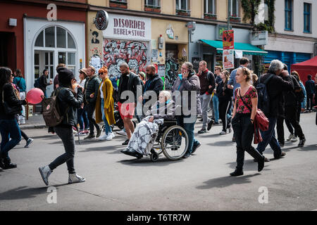 Berlin, Deutschland - 01.Mai 2019: Viele Menschen auf der belebten Straße zum Tag der Arbeit in Berlin, Kreuzberg - Stockfoto