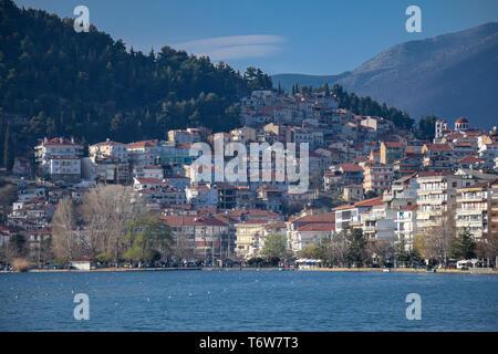 Schöne Uferpromenade Kastoria Stadt mit Orestiada See, im Norden Griechenlands. - Stockfoto