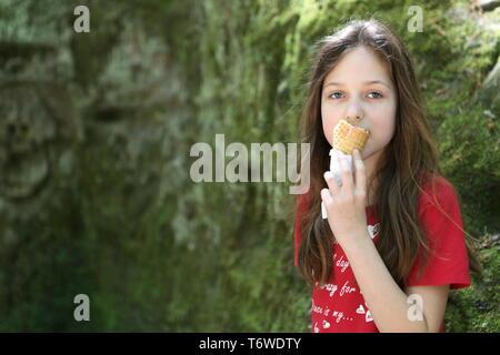 Im Park, ein Mädchen hat Eis - Stockfoto