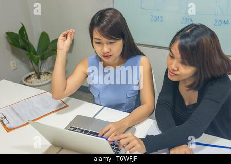 Geschäftsfrau, erklären, über das neue Projekt für Partner - Stockfoto