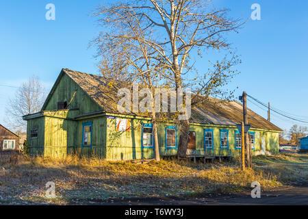 Kozyriewsk, Kamtschatka, Russland - 28 September 2014: Holz-, Ländliche, green house in Kozyriewsk auf der Halbinsel Kamtschatka. Großer Baum im vorderen - Stockfoto