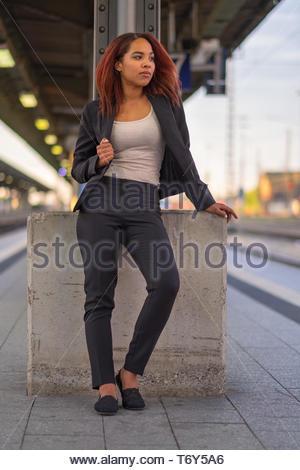 Entspannt junge Frau, Warten auf einen Zug - Stockfoto