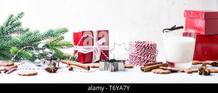 Weihnachten Lebkuchen cookies mit Glas Milch - Stockfoto