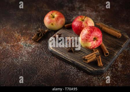 Frische rote Äpfel mit Zimtstangen
