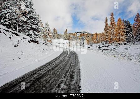 Der erste Schnee in einem Pass - Stockfoto
