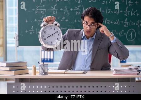 Junge schöne Mathematik Lehrer im Klassenzimmer - Stockfoto