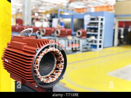 Maschinenbau: Nahaufnahme von Elektromotoren in der Produktion in ein modernes Werk - Stockfoto