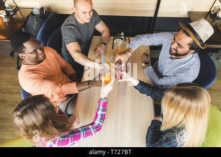 Ein Unternehmen der jungen Menschen Spaß haben, Trinken, Getränke, Cocktails, Säfte in einem Café. Treffen die besten Freunde - Stockfoto